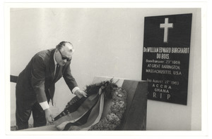 Gerald Götting lays a wreath at the graveside of W. E. B. Du Bois