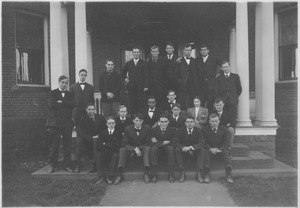 Class of 1907 in front of the veterinary science building