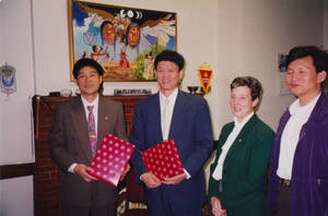 Visitors from Sun Yat-sen holding gifts (1997)