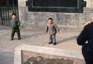 Kindergarteners fooling around (Peking)