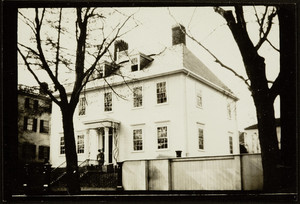 Exterior view of an unidentified mansion, Middle Street, Portsmouth, N.H., 1915