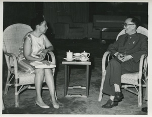 Shirley Graham Du Bois and Guo Moruo sitting and talking