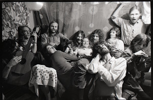 Holy Modal Rounders at home: from left, Robin Remaily, Richard North, Ted Deane, Peter Stampfel, Richard Tyler, Steve Weber (in front), Dave Reisch, four unidentified women, and a black dog