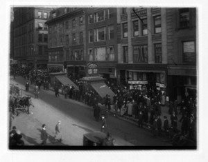 Crowd near the Tremont St. coops, with a team of horses on the left side, Boston, Mass., November 22, 1913
