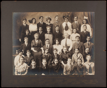 Group portrait of a class in the Glines School, Somerville, Mass., 1914
