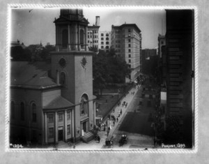 View of Park Street Church and the Granary Burying Ground on Tremont Street, Boston, Mass., August 1899