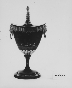 Chestnut urn with top