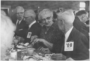 Class of 1908 alumni dine during a reunion