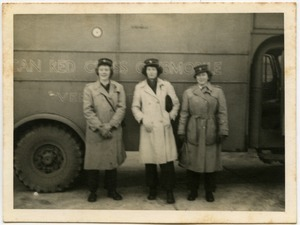American Red Cross workers in front of the Clubmobile 'Vermont'