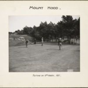 Mount Hood : putting on 9th green