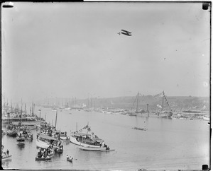 Airship flies over Thames River as Harvard beats Yale, New London, Conn.