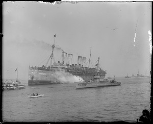 SS Agamemnon sails into Commonwealth Pier with Yankee Division boys on board