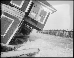 Storm wrecks Hampton Beach cottages