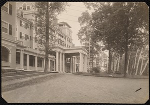 Aspinwall Hotel: front entrance from side opposite 162, from lower part of drive