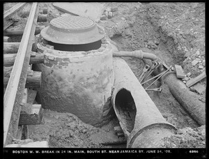 Distribution Department, break in Boston Water Works 24-inch main, South Street near Jamaica Street, Boston (Jamaica Plain), Mass., Jun. 24, 1908