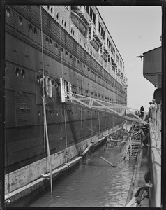 SS Leviathan dwarfing workers