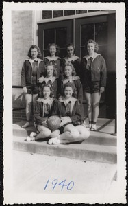 Sports memorabilia/photograph [realia], 1940 girls basketball team