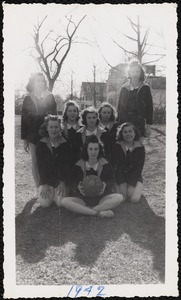 Sports memorabilia/photograph [realia], junior high girls basketball team 1942