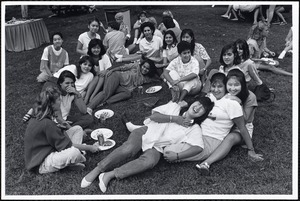 File: informal groups, students outdoors