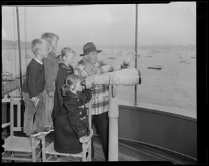 Kids use telescope to watch the race, Marblehead