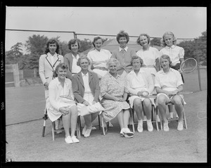 Hazel Wightman with group of woman players