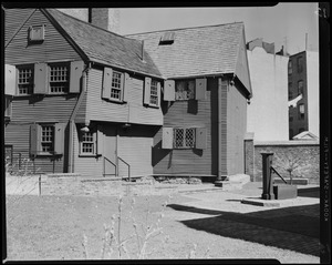 The historic old Moses Pierce-Hichborn House, 1680. 29 North Square, Boston, Mass.