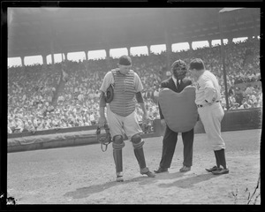 Yankee manager argues with ump at Fenway