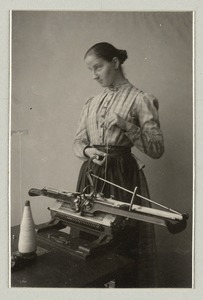 Blinde bei der Strickmaschine: Woman who is blind at the knitting machine