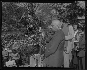 Jawaharlal Nehru addresses large outdoor crowd at Wellesley College